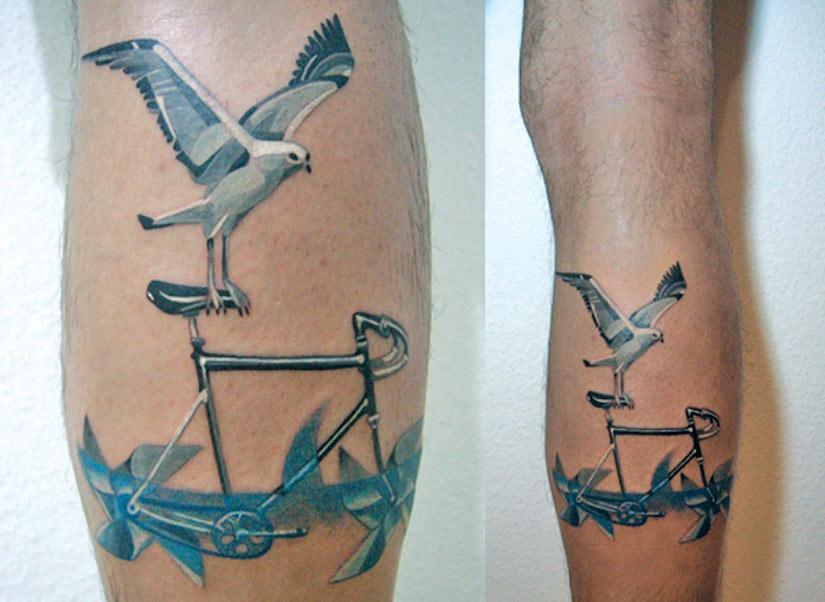 Тату чайка на ноге