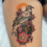 Тату в стиле традишинал с чайкой и цветами