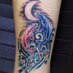 Розовый и голубой дельфин на фоне луны и волн