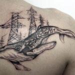 Тату кит на лопатке
