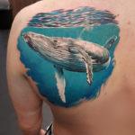 Тату кит под водой, реализм