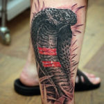 Тату кобра с красными полосками