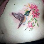 Татуировка с колибри пьет нектар расположена на боку