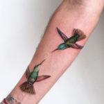 Две колибри в виде тату расположены на предплечье и запястье
