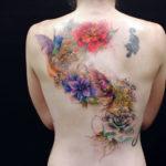 Большая татуировка на спине сколибри и цветами