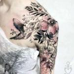 Тату колибри на плече и руке с цветами