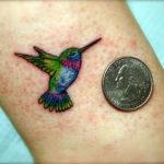 Маленькая тату колибри с монету