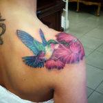 Татуировка с колибри пьющей нектар из цветка