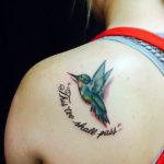 Татуировка с колибри с надписью