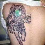 Тату на спине с космонавтом