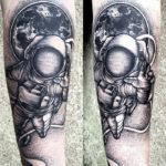 Тату космонавт на фоне планеты земля