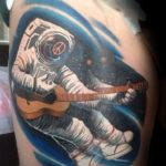 Космонавт в космосе играет на гитаре