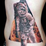 Космонавт выходящий из треугольника