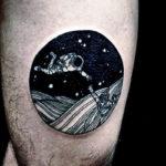 Наколка космонавта летящего над планетой