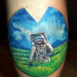 Тату с космонавтом идущим по полю