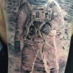 Тату космонавт на луне