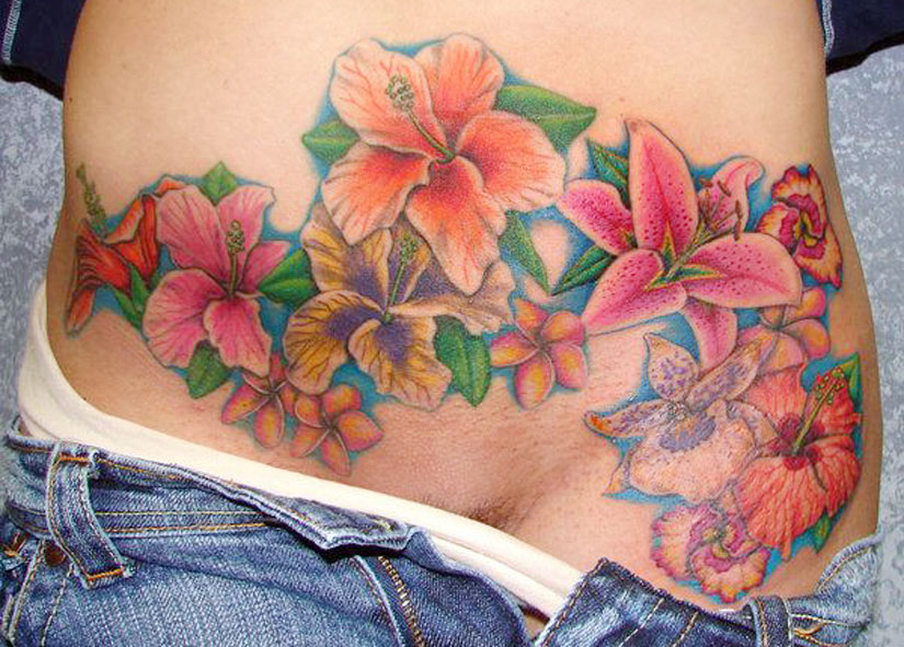 Наколка на растяжках у девушки в виде цветов