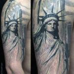 Черно белая татуировка статуи свободы