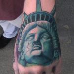 Тату зеленой головы статуи свободы