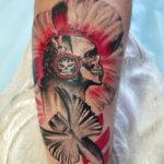 Татуировка треш полька череп в наушниках сирокезом