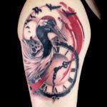 Татуировка треш полька с журавлем и часами механическими