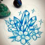 Великолепный эскиз тату с цветами и кристаллами выполненный в одном цвете