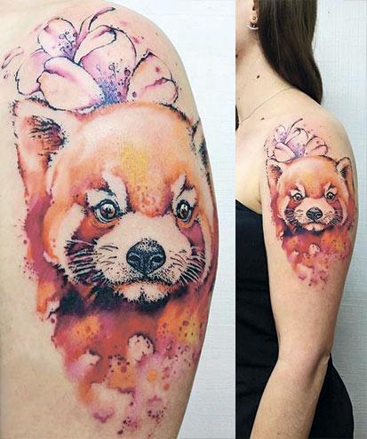 Женская татуировка с красной пандой