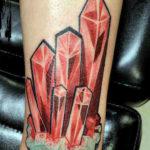 Тату с красными кристаллами