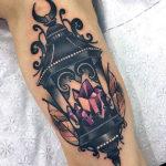 Красивая татуировка кристалла и фонаря