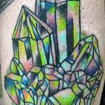 Тату с зелеными кристаллами