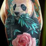 Панда с розой ест бамбук