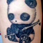 Милый детеныш панды с бамбуком