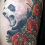 Красивая татуировка большой панды с маками
