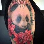Тату панды на плече, панда с цветами