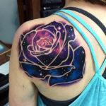 Татуировка розы на лопатке с космосом