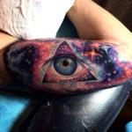 Тату космоса с глазом в треугольнике