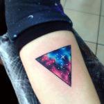 Тату на предплечье, космос в треугольнике