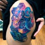 Татуировка космос на бедре
