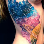 Татуировка космос на боку