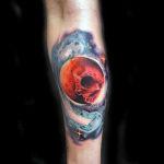Татуировка космос на предплечье