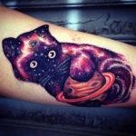 Тату кошки держащей в лапах Сатурн