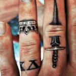 Кинжал, мужская тату на пальце