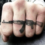 Автомат АК, мужская тату на пальце
