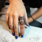 Волк на указательном пальце фаланги