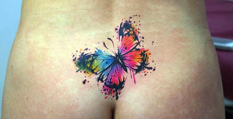 Татуировка на копчике бабочки в стиле акварель