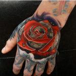 Роза с каплей росы