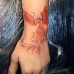 Птица феникс с кисти на предплечье