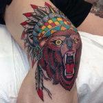 Крутой медведь на колене