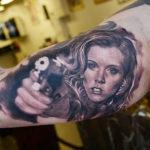 Интересная работа девушки с пистолетом