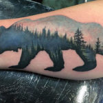 Силуэт медведя с лесом